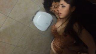 Flagra garçom transando com cliente gostosa no banheiro