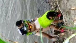 Flagra novinha rabuda fodendo na beira do rio