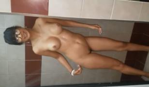Filmei minha secretaria tomando banho