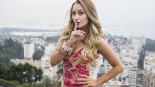 Carla Diaz mostrando os peitinhos na novela da globo