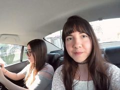 Duas irmãs trocando de roupa dentro do uber em Curitiba